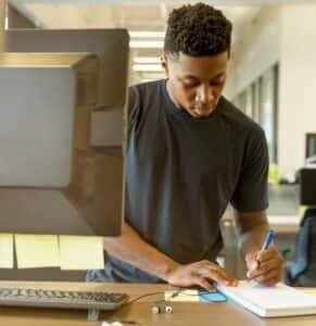 Jovem escreve redação do encceja - guia da carreira