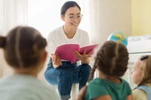 pedagoga-lendo-para-criancas-guia-da-carreira