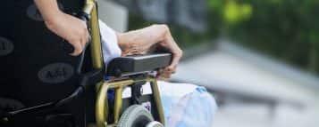Descubra o que faz um cuidador de idosos